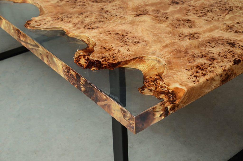 drewniany stół Gloria z żywicą i stalowymi nogami