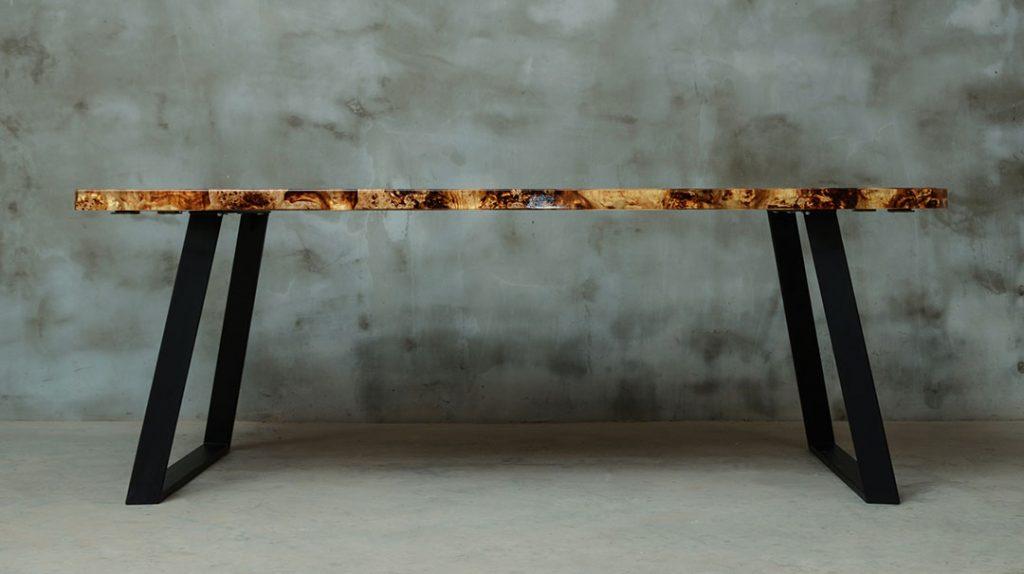 drewniany stół Gloria z żywicą epoksydową do salonu
