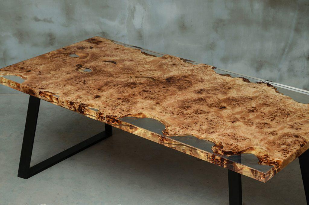 designerski stół Gloria z bezbarwnej żywicy i drewna