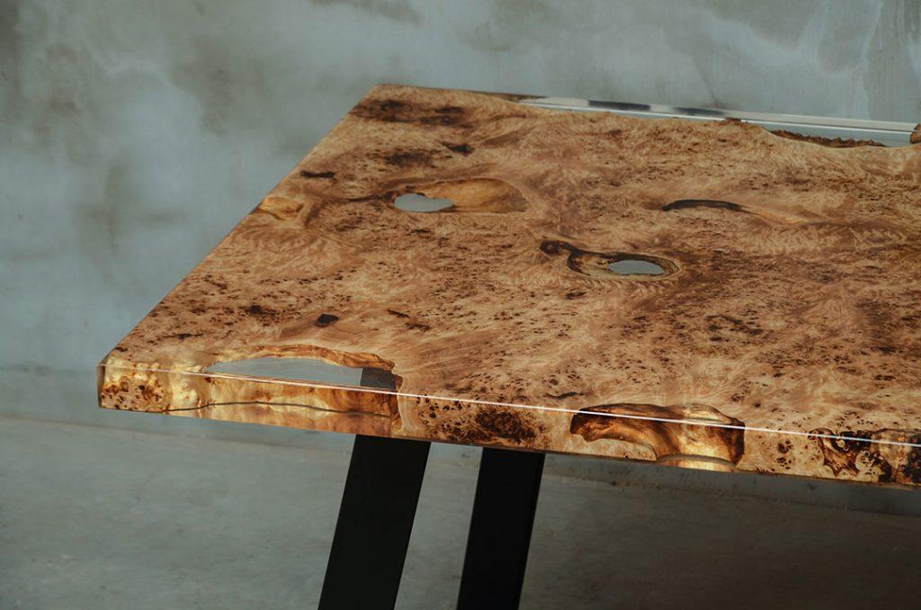lakierowany stół Gloria z drewna topoli i żywicy