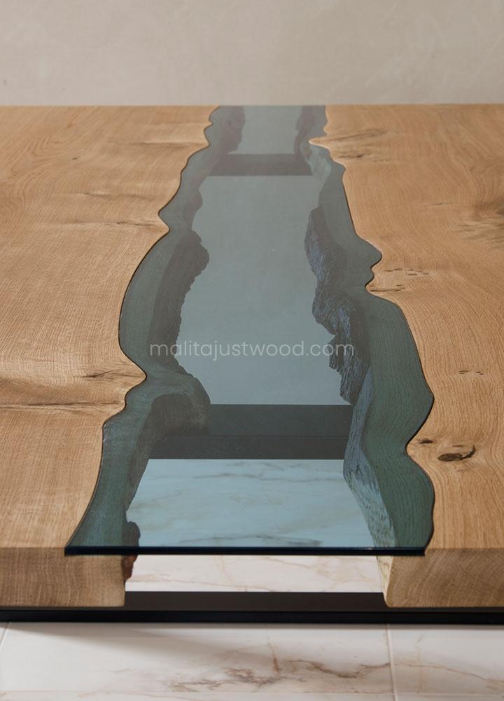 stół jadalniany Lente z błękitnym szkłem wkomponowanym w drewniany blat