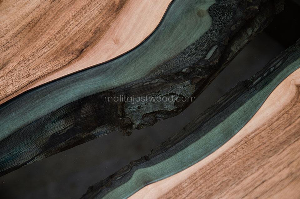 stolik Locus z błękitnym szkłem wkomponowanym w drewniany blat
