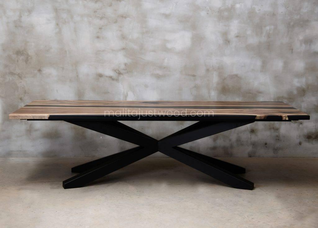 stół Magna z drewna i żywicy barwionej na czarno