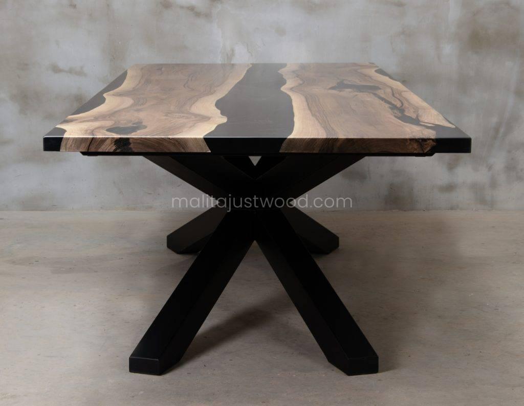 matowy stół Magna z drewna orzecha i czarnej żywicy