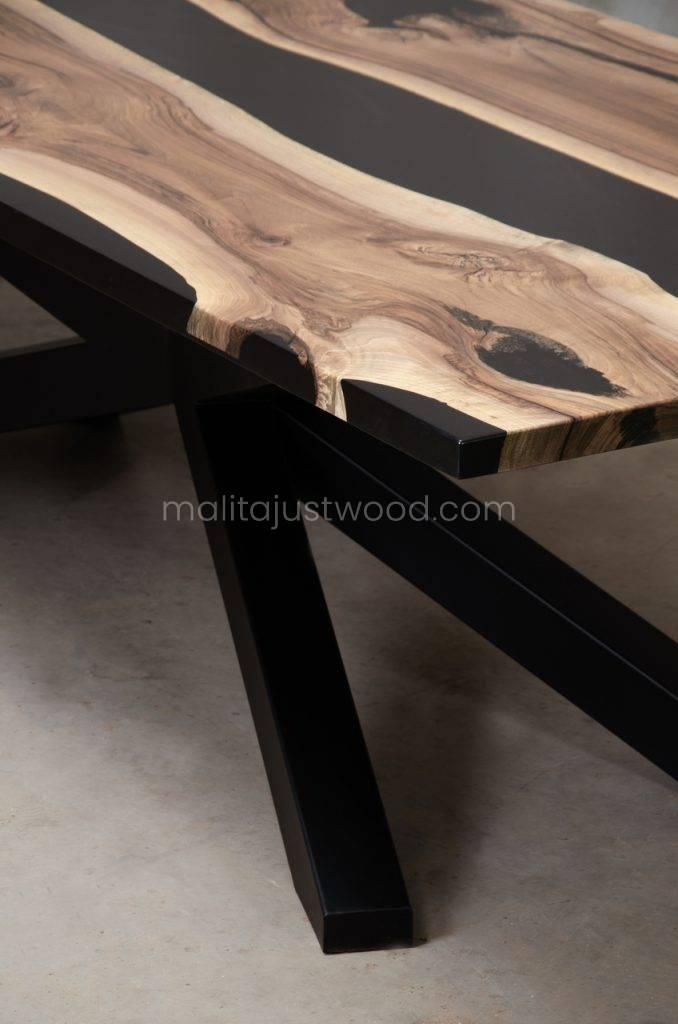 drewniany stół Magna do jadalni z pasami czarnej żywicy