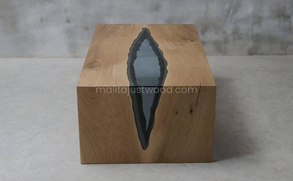 drewniany stolik Vitrum z błękitnym szkłem wkomponowanym w dębowy blat