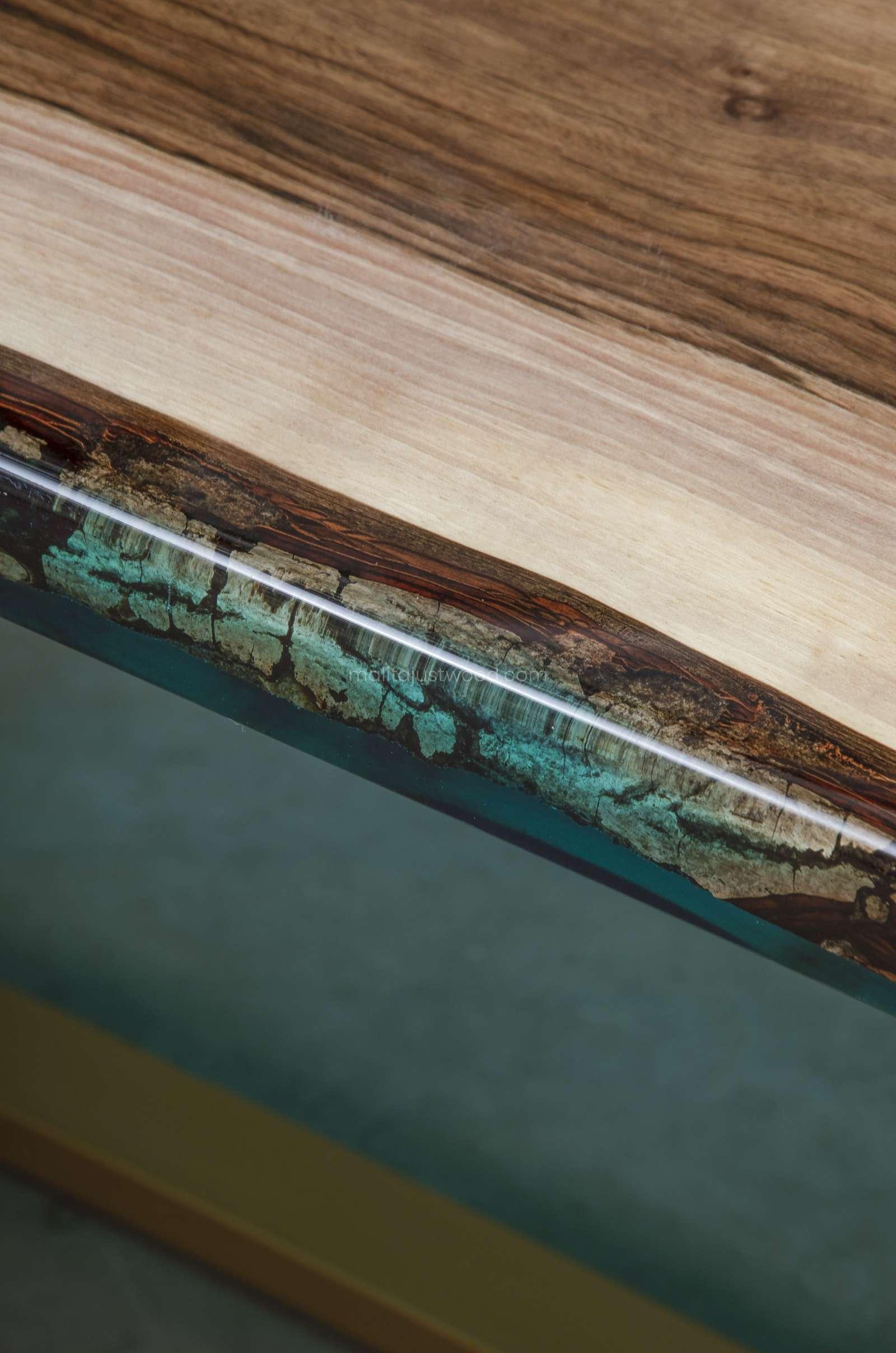 drewniany stół Helvetica z krystalicznie transparentną żywicą