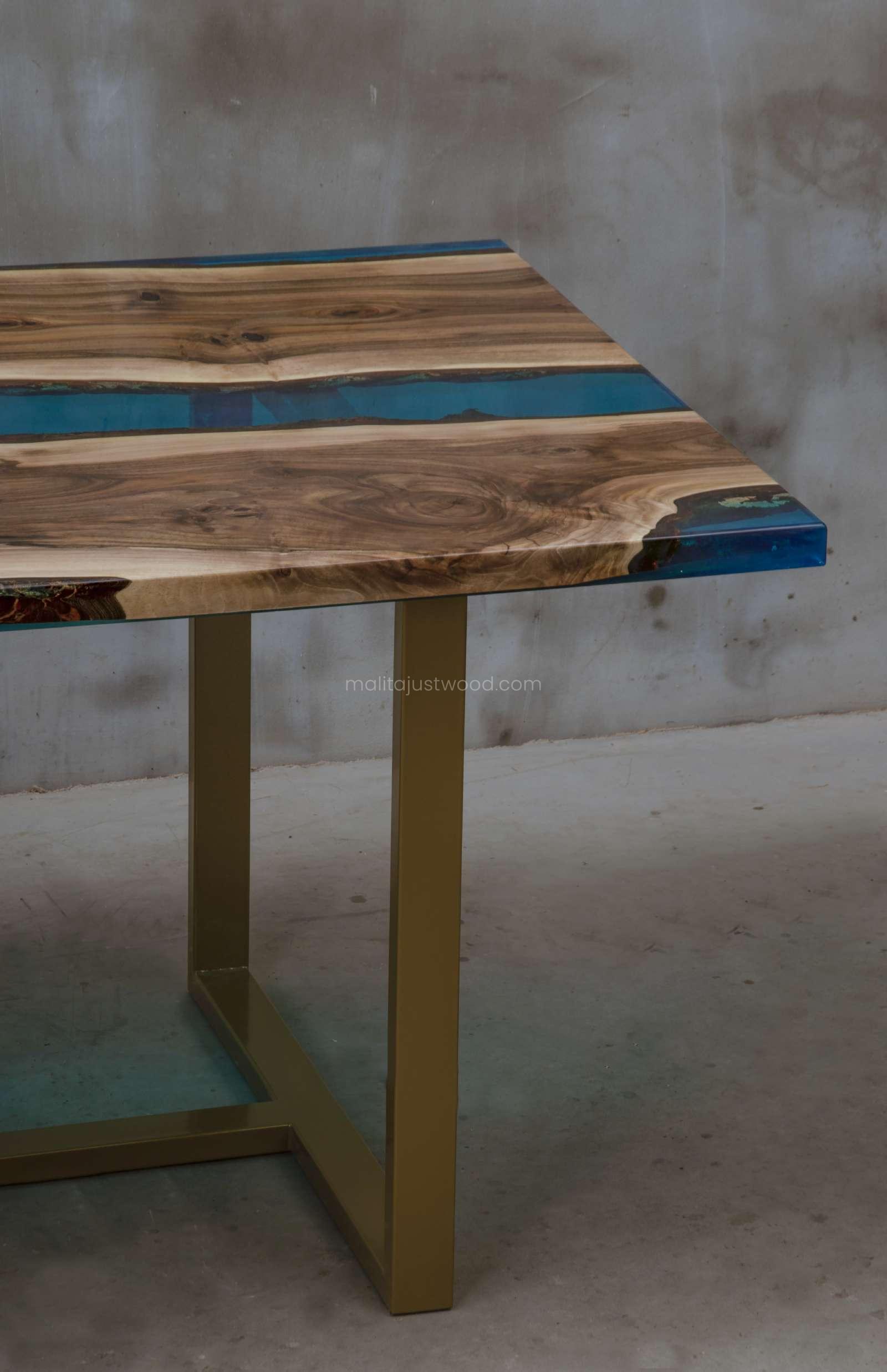 stół konferencyjny Helvetica z niebieską żywicą