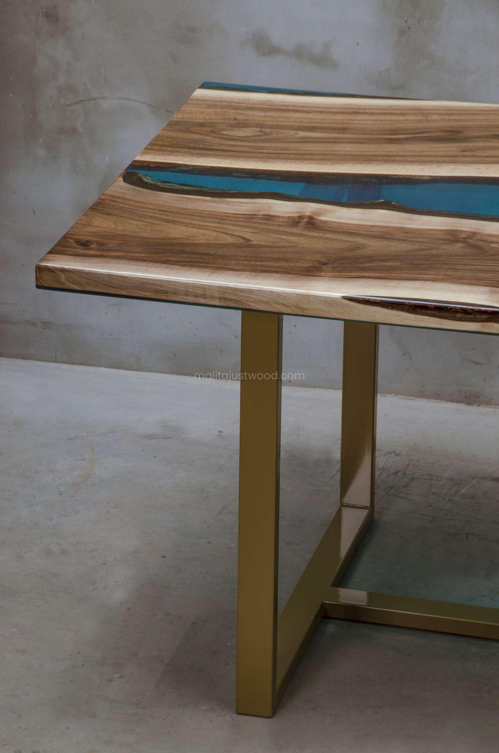 lakierowany orzechowy stół Helvetica z drewna orzecha z żywicą