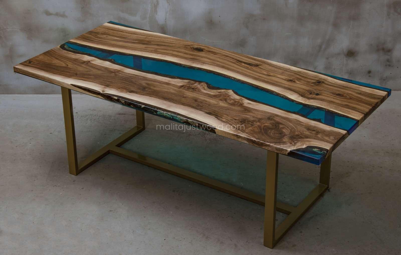 lakierowany stół Helvetica z drewna orzecha i żywicy epoksydowej