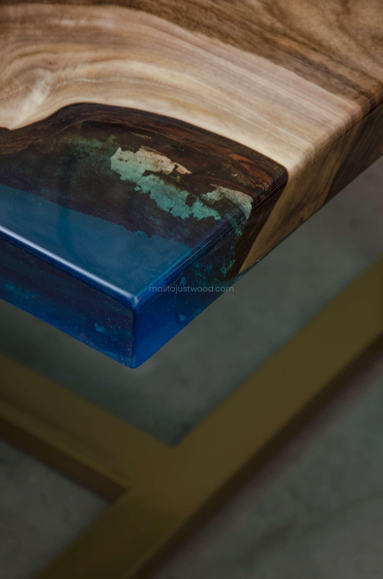 stół Helvetica do jadalni z niebieską i transparentną żywicą