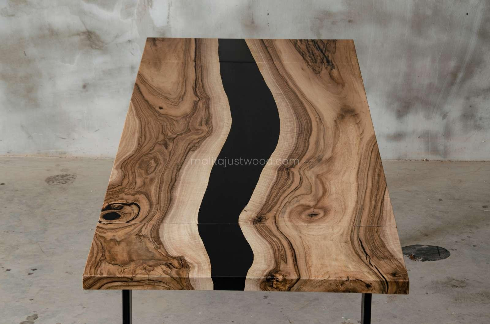 Tenens table in black resin and walnut wood