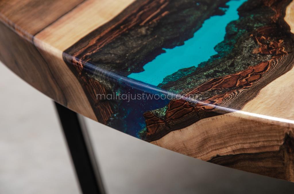 Aqua Couchtisch mit Harz und Stahlbeinen