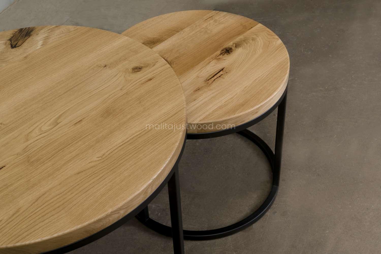 drewniane okrągłe stoliki circum ze stalowymi nogami