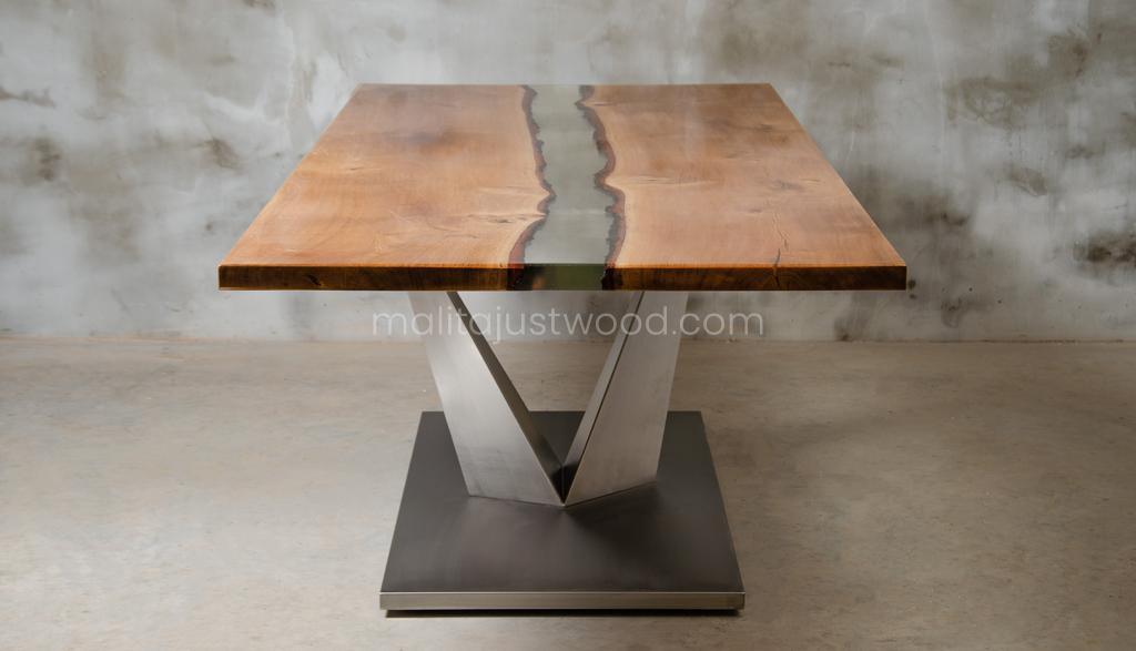 Dives Holztisch mit transparentem Harz