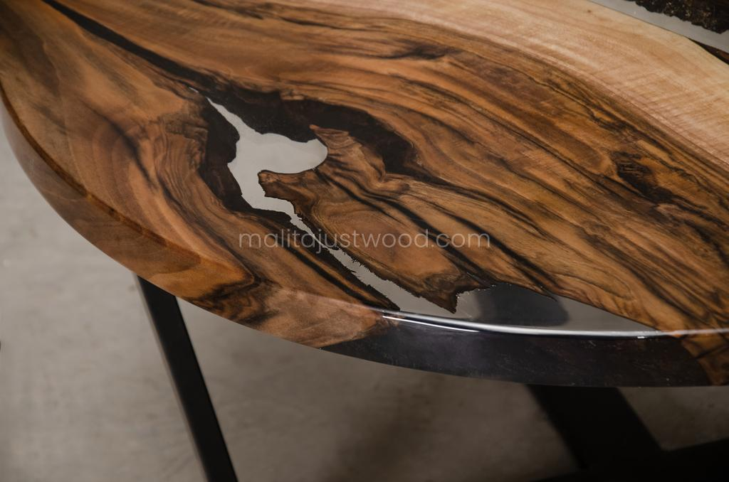 river coffee table Egregius made of walnut wood and resin