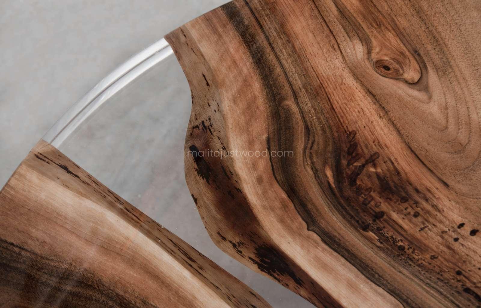 lakierowany stolik kawowy Ferro z transparentną żywicą