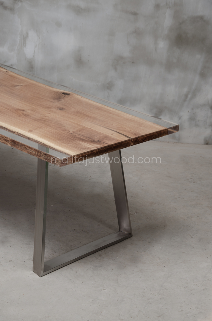 Ingenium lacquered table made of oak wood with resin