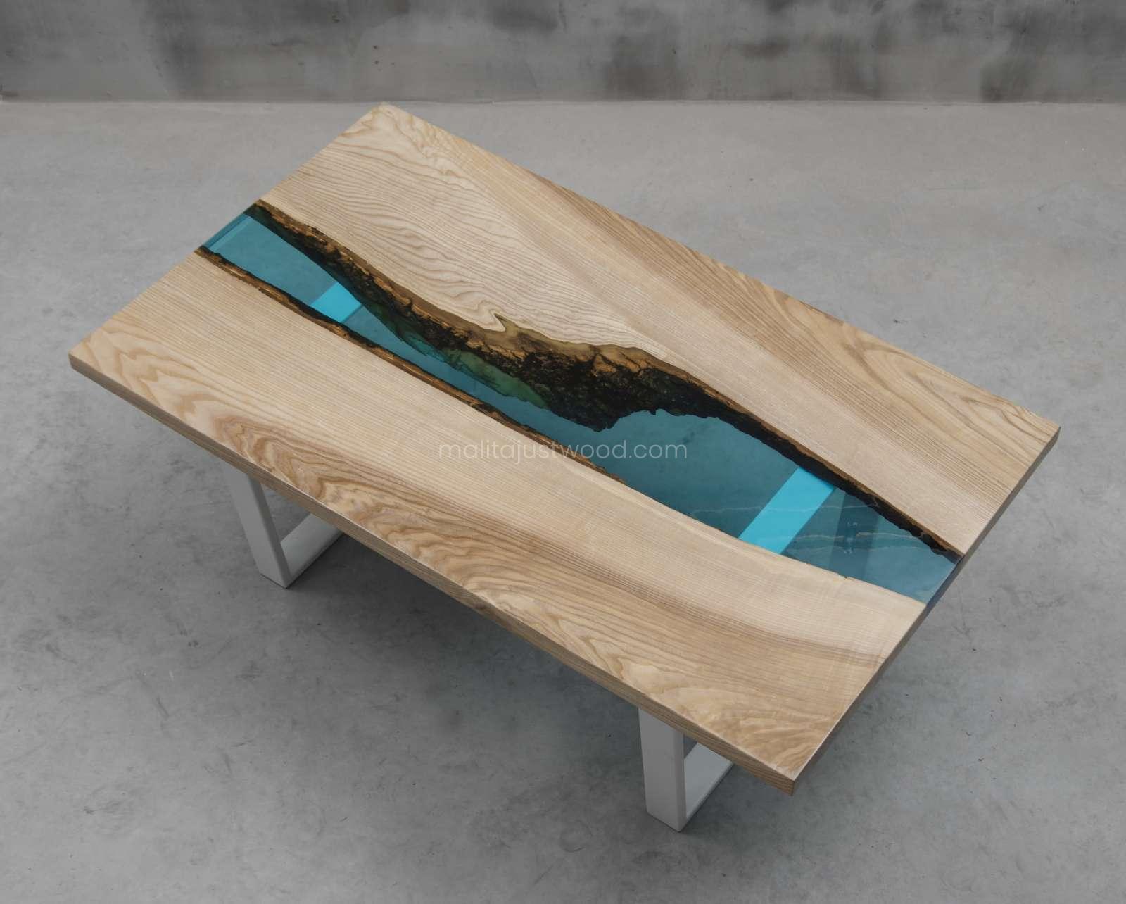 drewniany stolik Cinis z żywicą epoksydową