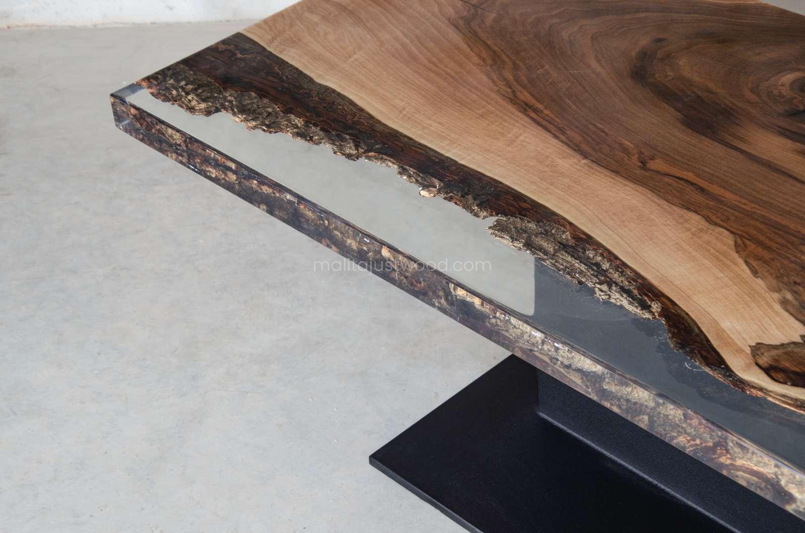 orzechowy stolik kawowy Sublimis z drewna i metalu