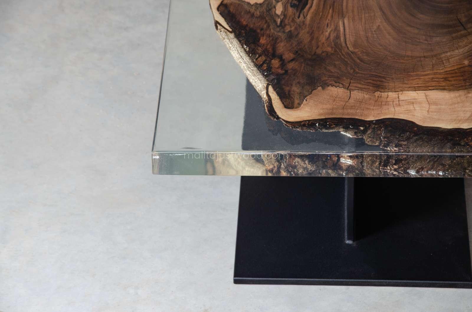 Sublimis lackierter Couchtisch mit transparentem Harz
