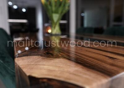 Blat stołu z naturalną strukturą sęków