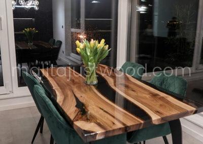 Stół z elemntami szkła i żywicy