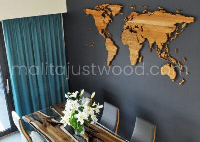 Nowoczesne wnętrze ze stołem z drewna i szkła