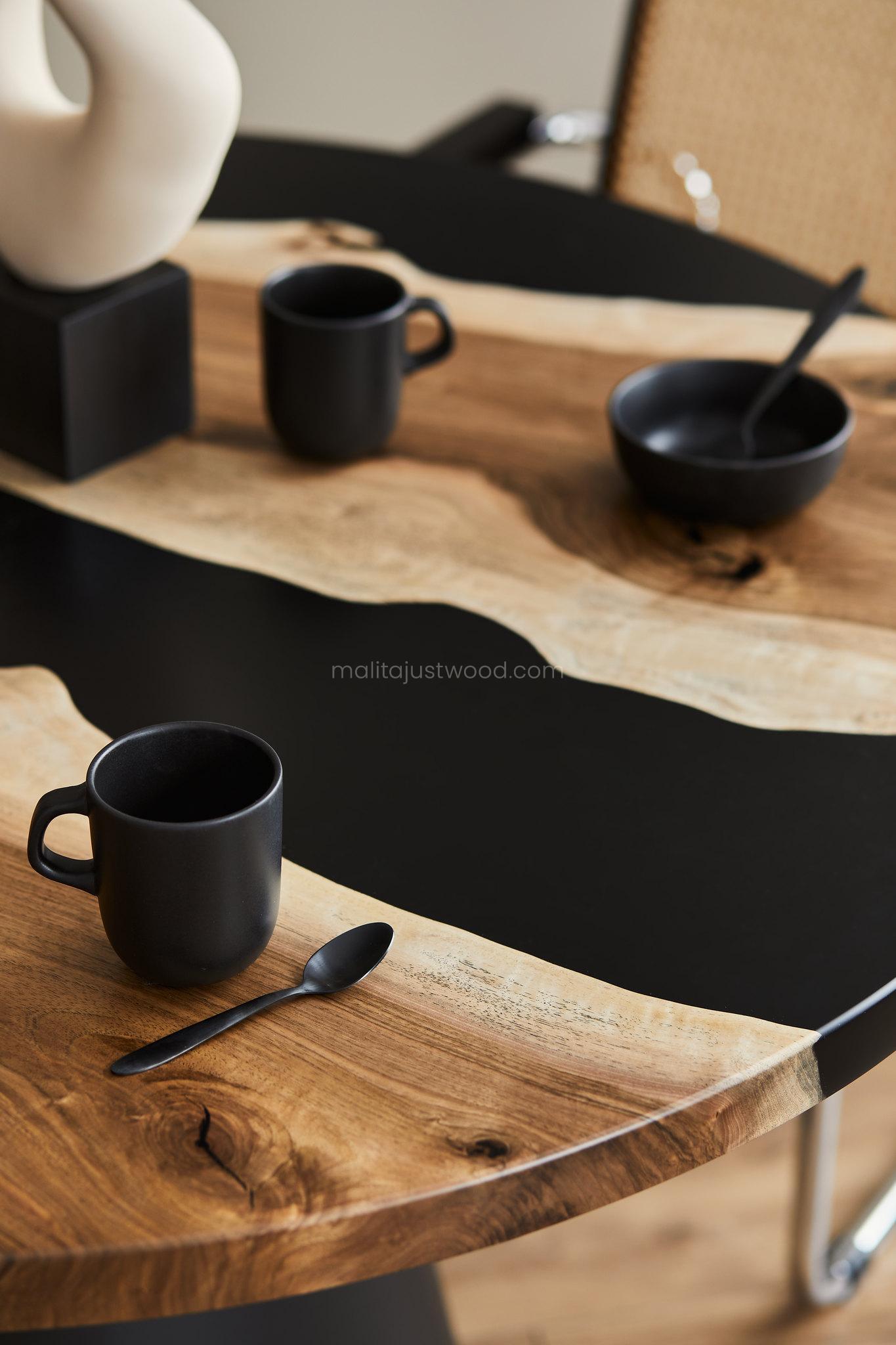 Blat stołu z deski orzecha i aksamitnie czarną żywicą