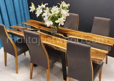 Aranżacja ze stołem z drewna i szkła