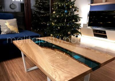 Świąteczna aranżacja z oryginalnym stołem z drewna i szkła