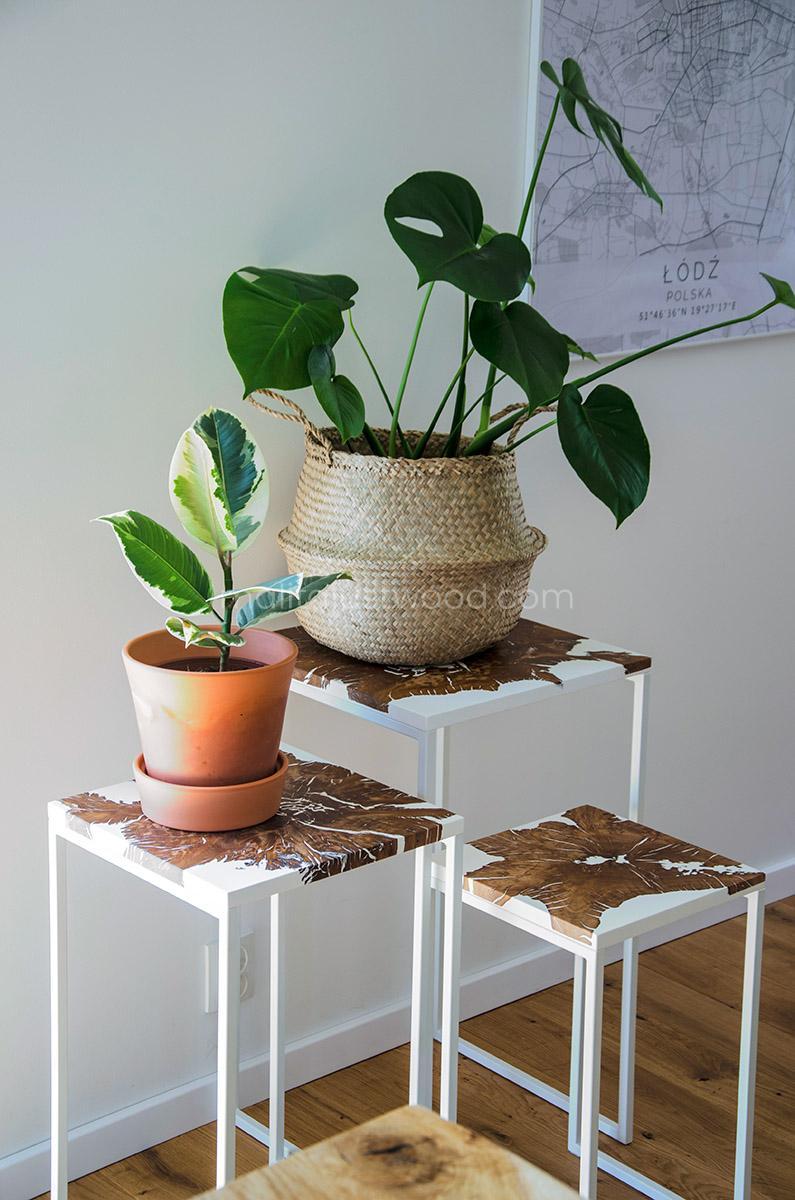 Piękne stoliki jako podstawa pod kwiaty