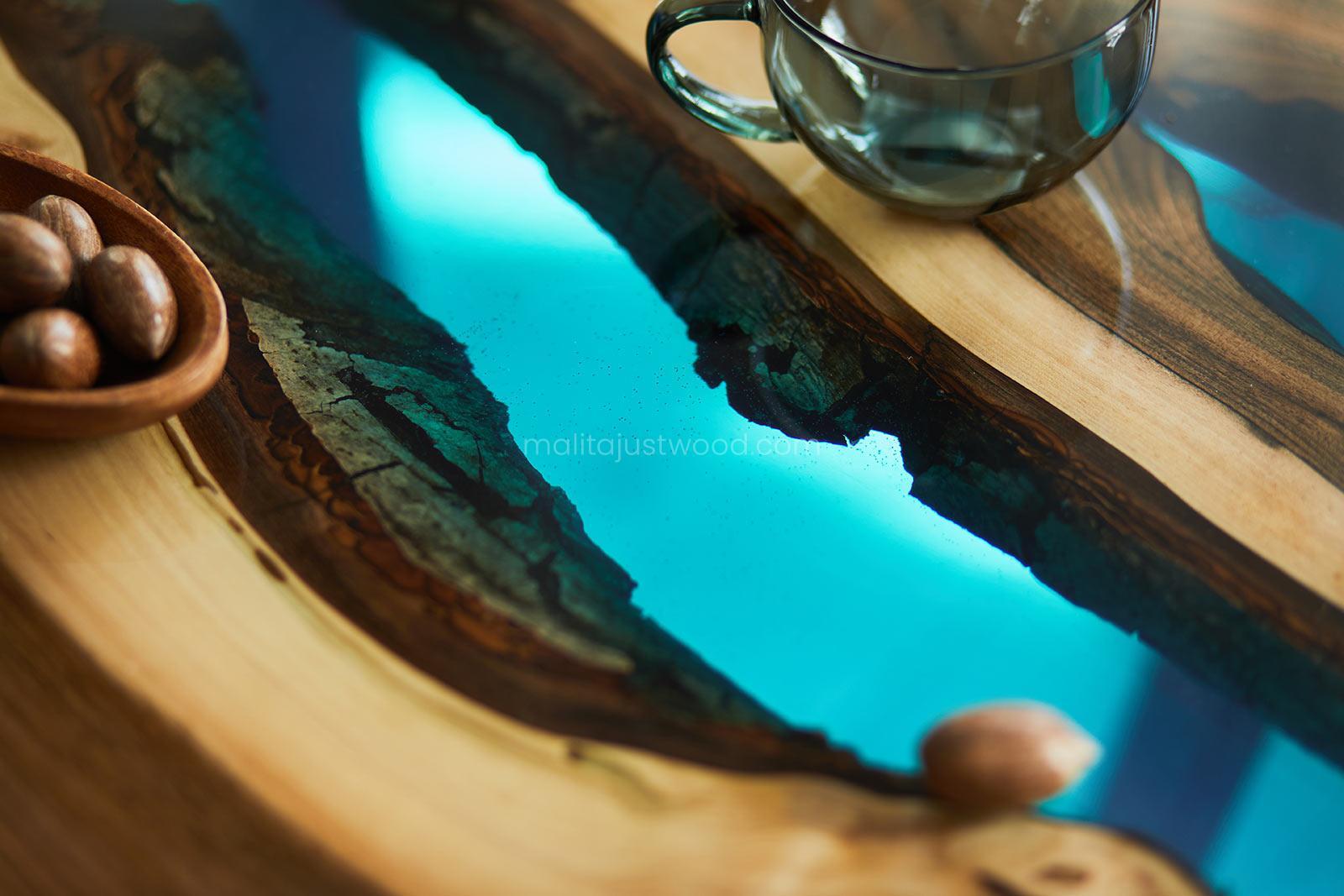 Stoliki kawowe - lazurowa żywica w drewnie blatu